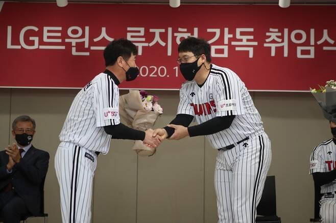 ▲ LG 류지현 감독(왼쪽)은 김현수를 내년 주장으로 정했다. 내년 시즌에도 김현수는 LG 소속이라는 얘기다. ⓒ LG 트윈스