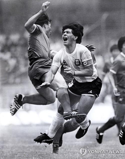 1986년 멕시코 월드컵 맞대결 때 마라도나 수비하는 허정무 이사장 [연합뉴스 자료사진]