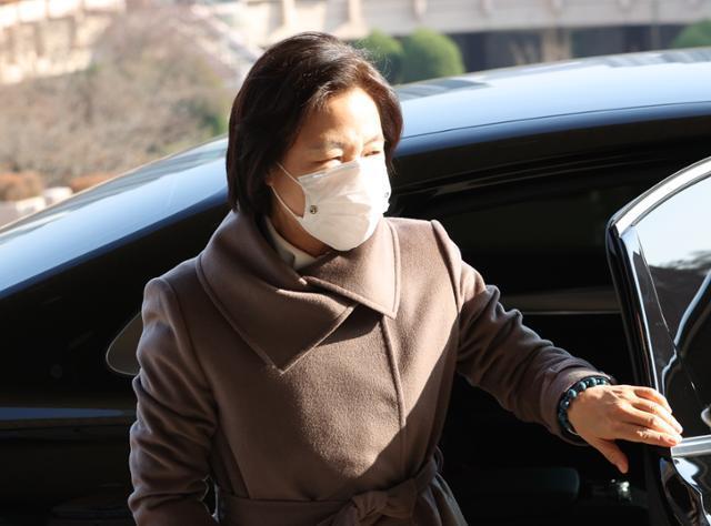 추미애 법무부 장관이 26일 오후 정부과천청사로 들어서고 있다. 연합뉴스
