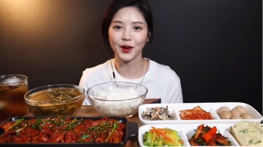 뒷광고와 먹뱉(음식을 먹고 뱉기) 의혹의 중심에 섰던 470만 먹방 유튜버 문복희 [유튜브 캡처]