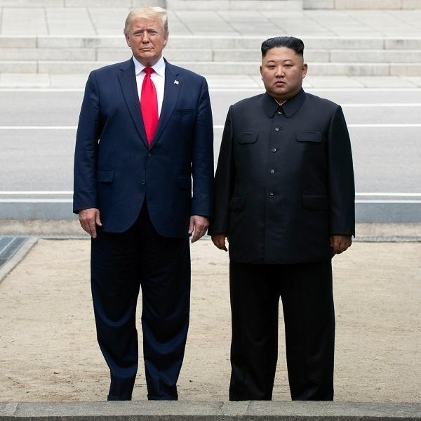 지난해 판문점에서 '깜짝' 만남을 가진 도널드 트럼프 미국 대통령(왼쪽)과 김정은 북한 국무위원장. 연합뉴스