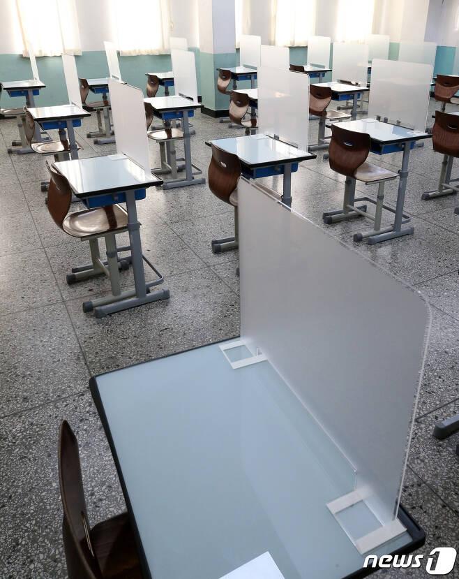 서울의 한 고등학교에 마련된 고사장에 가림막이 설치되어 있다. 2020.11.27/뉴스1 © News1 김진환 기자