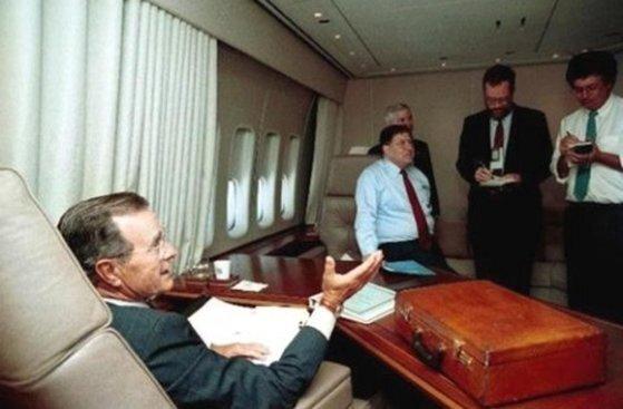 1990년 조지 H. W. 부시 전 대통령이 에어포스원을 타고 이동 중인 모습. [백악관 자료사진]