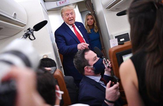지난 9월 도널드 트럼프 미국 대통령과 케일리 매커내니 대변인이 에어 포스 원 뒤편에 위치한 프레스룸에 나타나 기자들의 질문을 받고 있다. [AFP=연합뉴스]