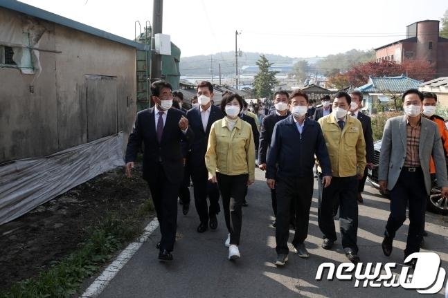 경주 한센인 희망농장을 살피는 전현희 위원장© 뉴스1
