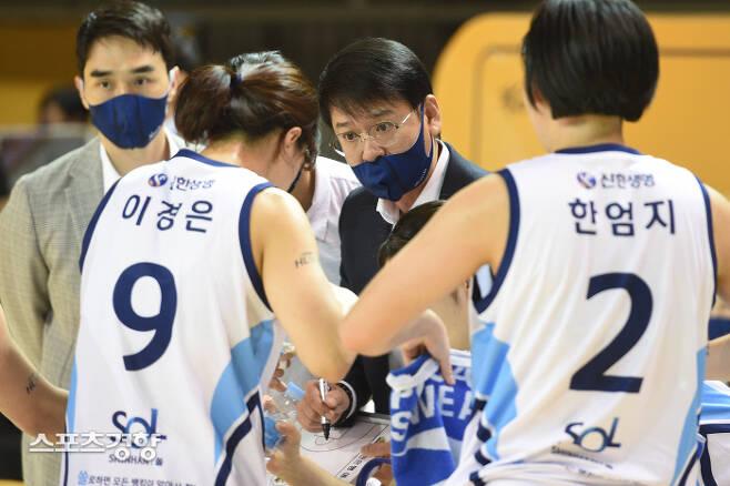신한은행의 정상일 감독이 지난 29일 벌어진 여자프로농구 KB스타즈와의 경기 도중 선수들에게 작전 지시를 하고 있다. /WKBL제공