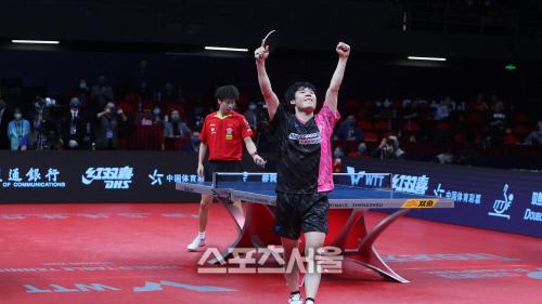 장우진이 ITTF 파이널스 남자단식 8강전에서 중국의 린가오위안을 누른 뒤 포효하고 있다. 출처=ITTF 홈페이지