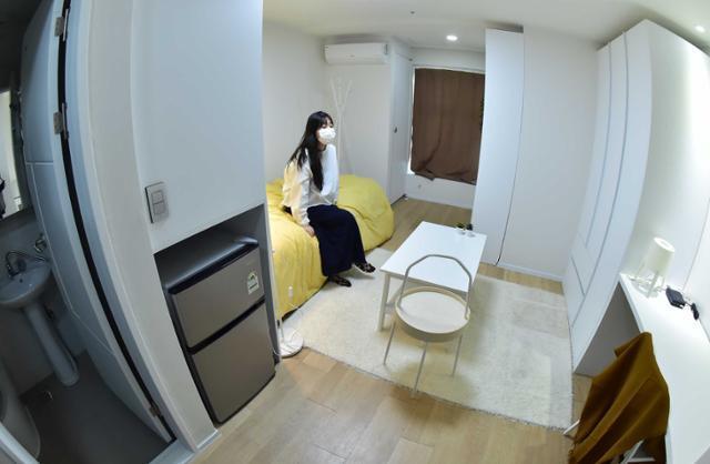 코로나19 여파로 장기간 공실 상태에 있던 도심 내 관광호텔을 리모델링한 청년 맞춤형 공유주택 안암생활이 1일 공개되고 있다. 한국토지주택공사(LH)는 대학생·청년의 주거안정을 위해 청년 맞춤형 공유주택 안암생활을 공급하고 지난 달 30일부터 입주를 시작했다고 밝혔다. 서재훈 기자