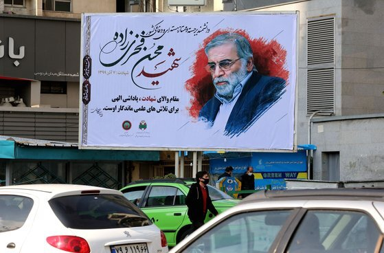 이란 테헤란 거리에 걸린 파흐리자데의 추모 사진. [AFP=연합뉴스]