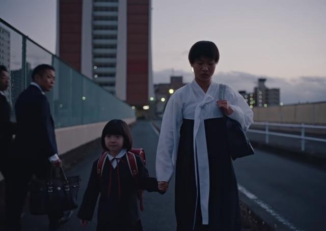 [서울=뉴시스]글로벌 스포츠 브랜드 나이키가 일본에서 재일 한국인의 차별을 담은 광고를 내놨다가 소셜네트워크서비스(SNS) 등에서 비판에 직면하고 있다. 사진은 나이키의 일본 광고 유튜브 갈무리. 2020.12.01.