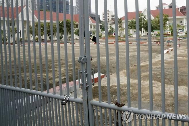 굳게 닫힌 캄보디아 학교 정문 [프놈펜 EPA=연합뉴스 자료 사진]