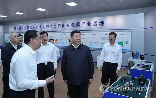 지난해 희토류 산업시설 시찰하는 시진핑 [신화=연합뉴스 자료사진]