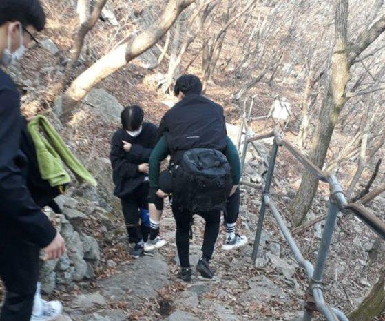 순호기 소방교가 지난달 15일 충남 공주시 계룡산에서 부상당한 등산객을 업고 내려가는 모습. 경기북부소방재난본부