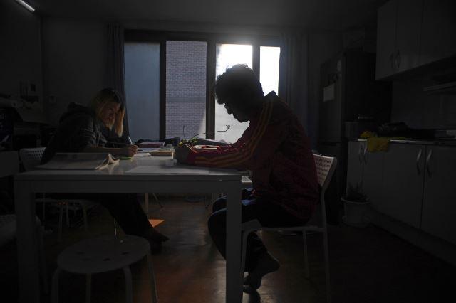 지난달 16일 서울 성북구에 위치한 은둔형 외톨이 재활센터 K2인터내셔널 코리아에 입소한 청년들이 책을 읽고 있다. 윤성호 기자
