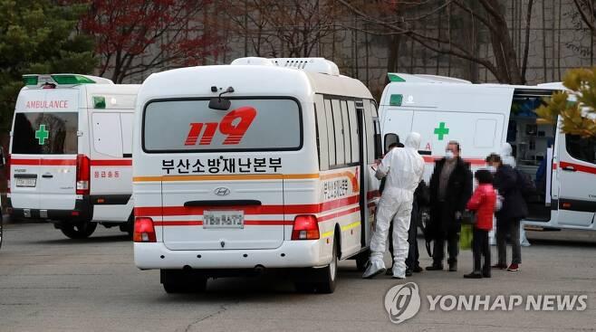 대구로 이송되는 부산 환자들 [연합뉴스 자료 사진]