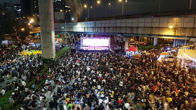 헌재 판결 직후 짜뚜짝 인근 사거리에 모여 집회를 가진 반정부 시위대 [방콕=연합뉴스]