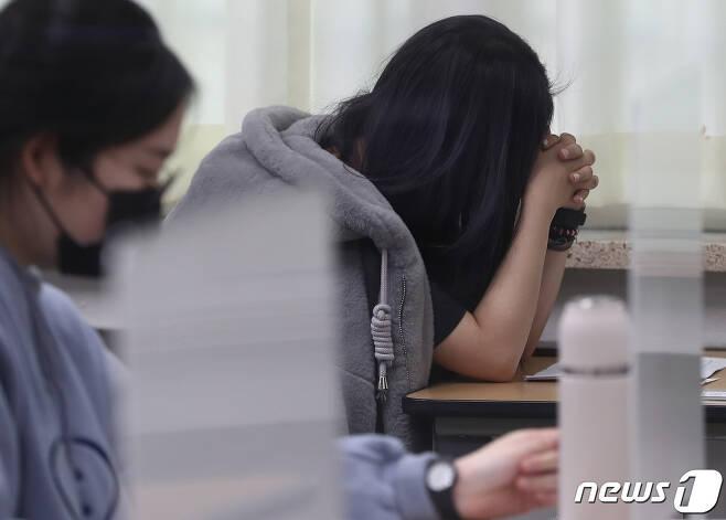 2021학년도 대학수학능력시험(수능)이 3일 진행된 가운데 서울 서초구 반포고등학교에서 한 수험생이 시험 시작 전 기도하고 있다./뉴스1 © News1 사진공동취재단