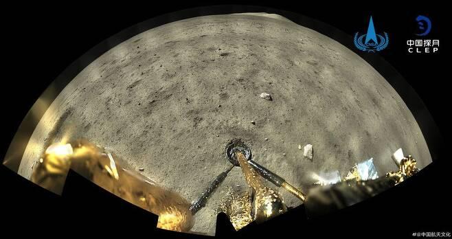 중국 달 탐사선 창어 5호가 착륙한 달의 지형을 파노라마로 보여주는 사진./CNSA