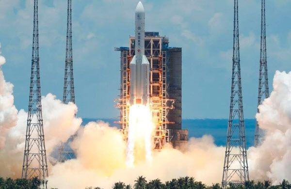 중국의 첫 화성 탐사선 톈원(天問)-1호를 실은 창정(長征)-5 Y4 로켓이 23일 하이난성의 원창 우주발사장 발사대를 이륙하고 있다.