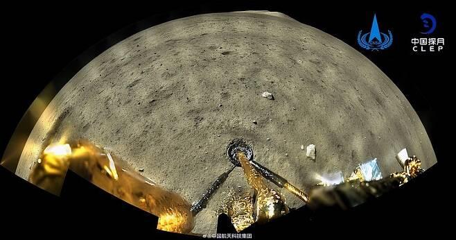 중국의 달 탐사선 창어 5호 착륙선이 12월 1일 월면에 연착륙한 직후의 모습. 달의 지면을 닫고 있는 착륙선 다리가 보이고, 멀리 지평선과 언덕들이 보인다.(출처=CNSA/CLEP)