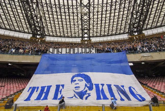 지난 2007년 나폴리의 이탈리아리그 챔피언십 경기 때 서포터스가 나폴리의 레전드 디에고 마라도나 얼굴과 킹이라는 글자가 새겨진 큼직한 배너를 스탠드에서 펼쳐보이고 있다. AFP 연합뉴스