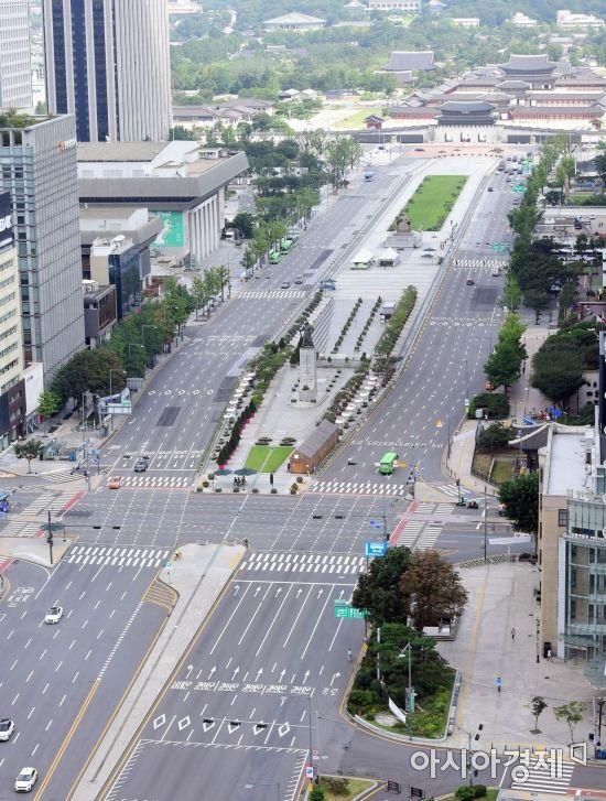 코로나19 확산으로 사회적거리두기 2단계가 발령되면서 23일 서울 광화문 일대 도로가 텅 빈 모습을 보이고 있다./사진공동취재단