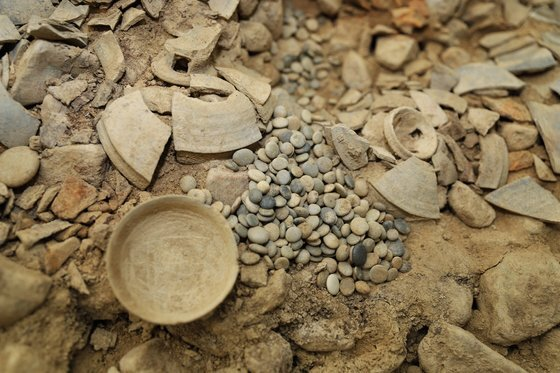 경북 경주 쪽샘지구의 44호 돌무지덧널무덤(적석목곽묘)에서 출토된 바둑돌.[사진 국립경주문화재연구소]
