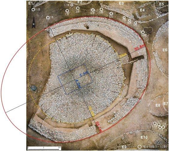 경주 쪽샘지구의 44호 돌무지덧널무덤(적석목곽묘) 전경. [사진 국립경주문화재연구소]