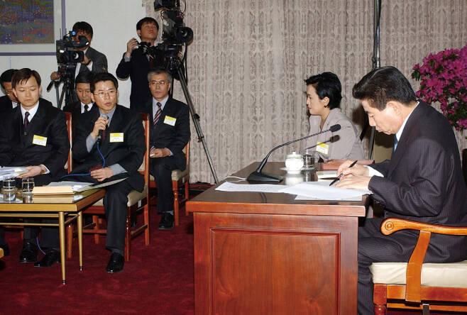 2003년 3월9일 노무현 대통령은 정부종합청사에서 전국 평검사들과 대화를 진행했다. 강금실 당시 법무부 장관과 문재인 청와대 민정수석도 참석해 있다. ⓒ연합뉴스