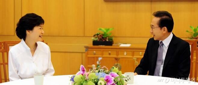 2012년 9월 2일 당시 이명박 대통령과 박근혜 새누리당 대선후보가 청와대에서 오찬 회동 하는 모습./사진제공=청와대