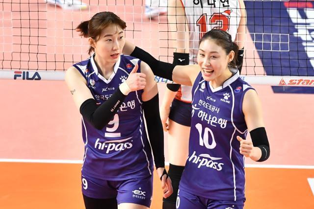 박정아와 배유나가 득점에 성공한 뒤 함께 기뻐하고 있다. KOVO 제공