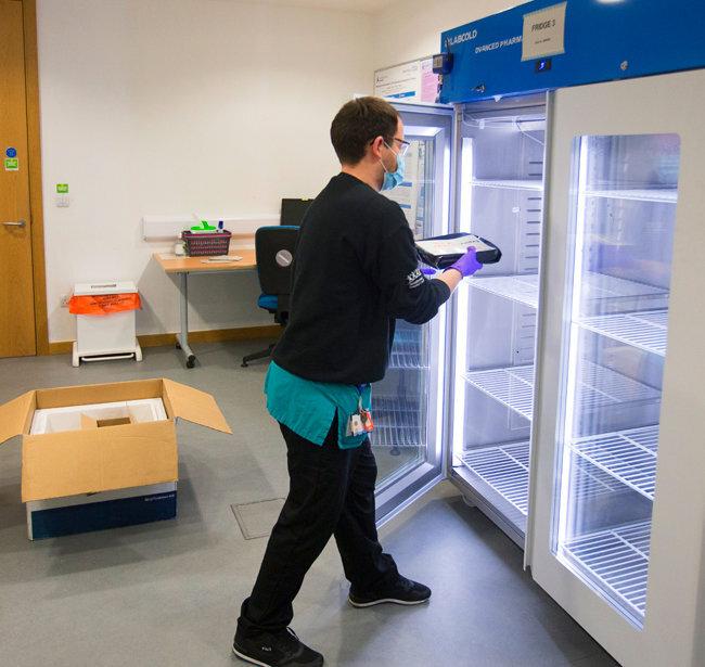 영국 브리스톨 지역 사우스메드 병원 직원이 대량 접종에 사용할 코로나19 백신을 보관 장소에 넣고 있다. [GettyImages]