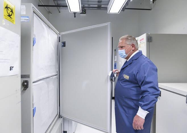 더그 포드 캐나다 온타리오주 총리가 지난 8일(현지시간) 토론토에서 코로나19 백신 배포를 앞두고 백신 보관용 냉동고를 살펴보고 있다. (사진=AP/연합뉴스 제공)