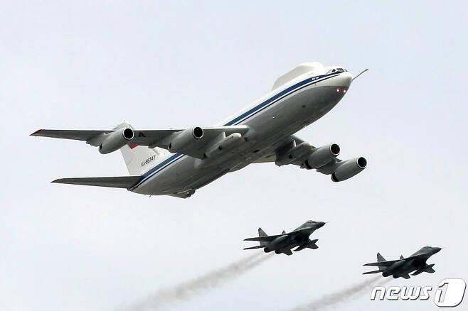 러시아 정부가 운용하는 '최고 지휘 통제기' 일류신(Il)-80(왼쪽). 일명 '최후의 날 비행기' <자료사진>  © AFP=뉴스1