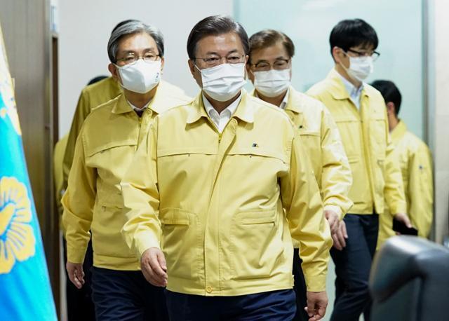 문재인 대통령이 9일 국가위기관리센터에서 열린 신종 코로나바이러스 감염증(코로나19) 수도권 방역상황 긴급 점검회의를 주재하고 있다. 청와대 제공