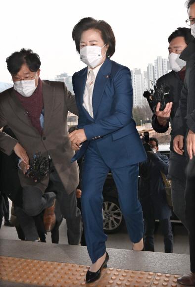 - 추미애 법무부장관이 10일 오전 경기도 과천 정부과천청사로 출근하고 있다. 2020. 12. 10 박지환 기자popocar@seoul.co.kr
