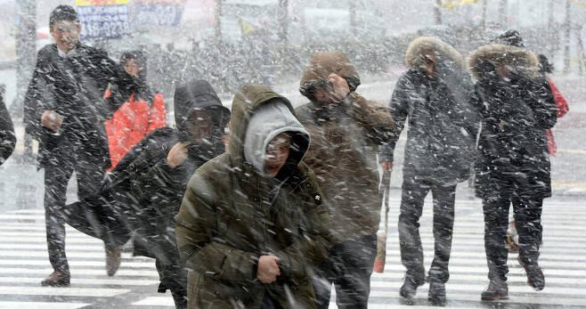기상청은 13~15일 전국에 많은 눈이 내리고 기온이 급강하해 한파특보가 발령될 가능성이 높다고 발표했다. 기상청 제공