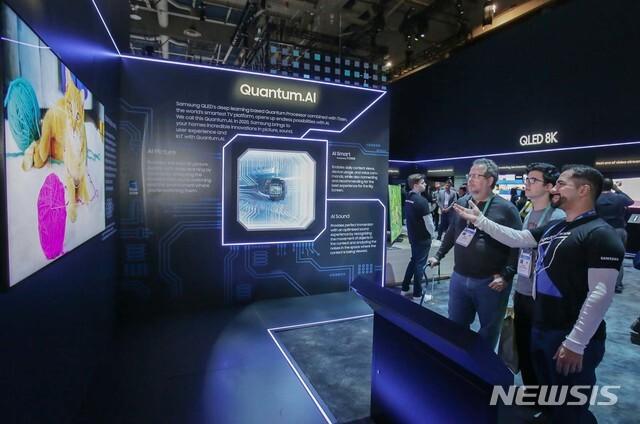 [서울=뉴시스]7일(현지시간) 미국 라스베이거스에서 열리는 세계 최대 전자 전시회 CES 2020에서 삼성전자 전시관을 방문한 관람객들이 '퀀텀닷 AI(Quantum.AI)'가 적용된 'QLED 8K'의 생생한 화질을 감상하고 있다. (사진=삼성전자 제공) 2020.01.09. photo@newsis.com