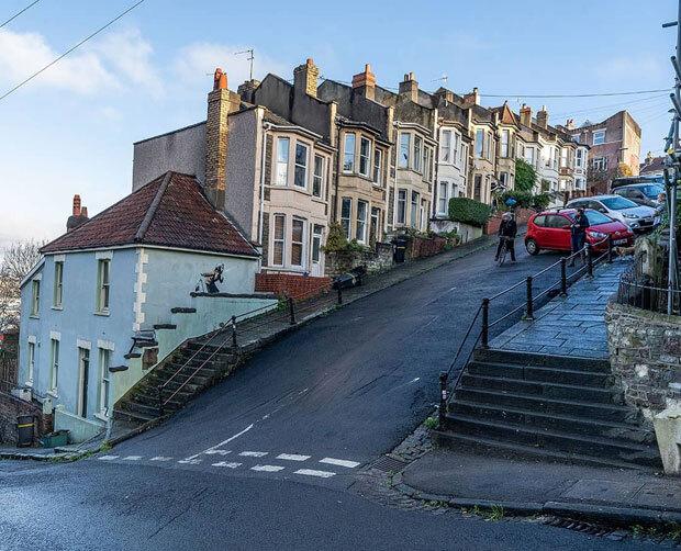 작품은 영국에서 가장 가파른 비탈길로 알려진 브리스톨 토터다운 베일스트리트의 한 주택 외벽에 그려졌다. 데일리메일은 22도 경사로인 베일스트리트에서 매년 부활절마다 달걀 굴리기 대회가 열리기도 한다고 전했다.