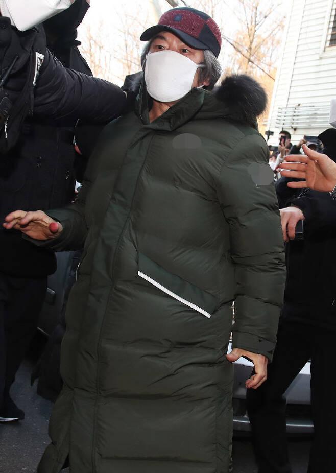 아동 성폭행 혐의로 징역 12년을 교도소에서 복역해 출소한 조두순(68)이 12일 오전 경기도 안산시 자신의 거주지로 들어가고 있다 (사진=뉴시스)