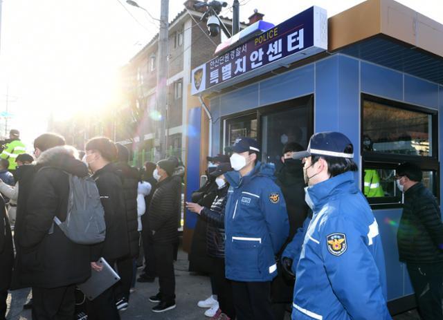 12일 형기를 마치고 서울남부교도소를 출소한 조두순이 오전 9시쯤 경기도 안산시 거주지에 도착한 가운데 집 앞에 새로 설치된 특별치안센터 청원경찰들이 이를 지켜보고 있다. 왕태석 선임기자