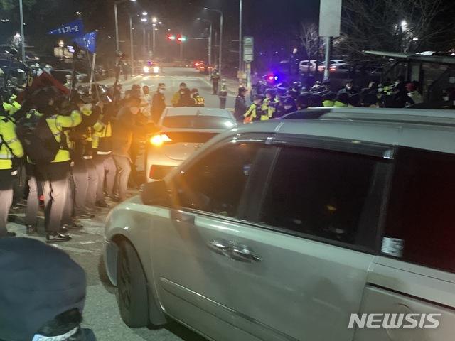 [서울=뉴시스]이기상 기자 = 12일 오전 6시46분께 조두순이 탄 차량이 서울 남부교도소를 빠져나가고 있다. 2020.12.12. wakeup@newsis.com