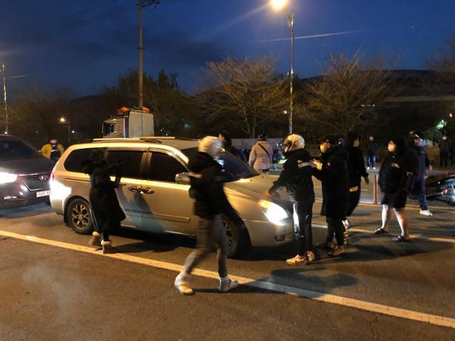 12일 경기 광명시의 한 도로에서 조두순을 태운 차량 앞을 일부 유튜버와 시민들이 막아서고 있다. 이승엽 기자
