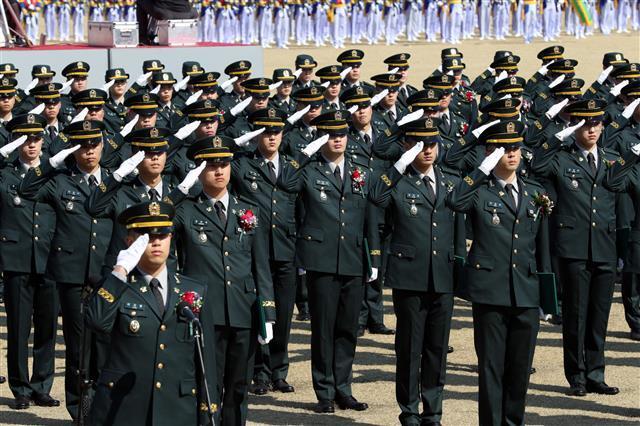 육군 신임 장교들이 '육군사관학교 제76기 졸업 및 임관식´에서 거수경례를 하고 있다. 육군 제공