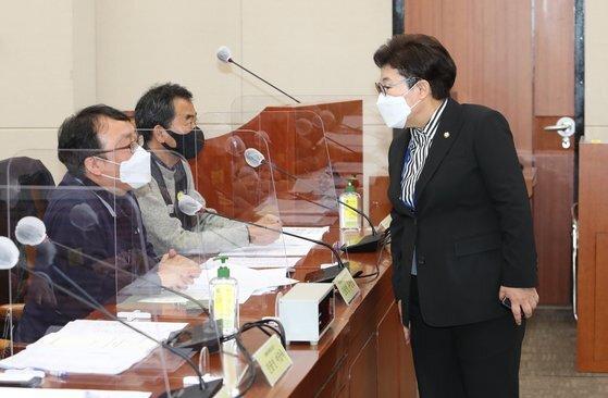 임이자 국민의힘 의원이 지난달 18일 서울 여의도 국회에서 열린 ILO 핵심협약 비준 준비를 위한 입법공청회에서 진술인으로 참석한 민주노총, 한국노총 관계자와 대화를 하고 있다. 뉴스1