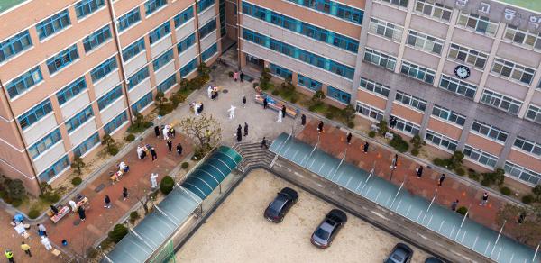 광주 광산구의 한 고교 학생들이 10일 운동장에 설치된 선별진료소에서 코로나19 검사를 받고 있다. 이 학교 교사가 가족 김장 모임에 참석한 뒤 확진 판정을 받았다. 연합뉴스