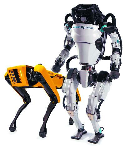 보스턴 다이내믹스의 로봇 아틀라스(오른쪽)와 스팟.