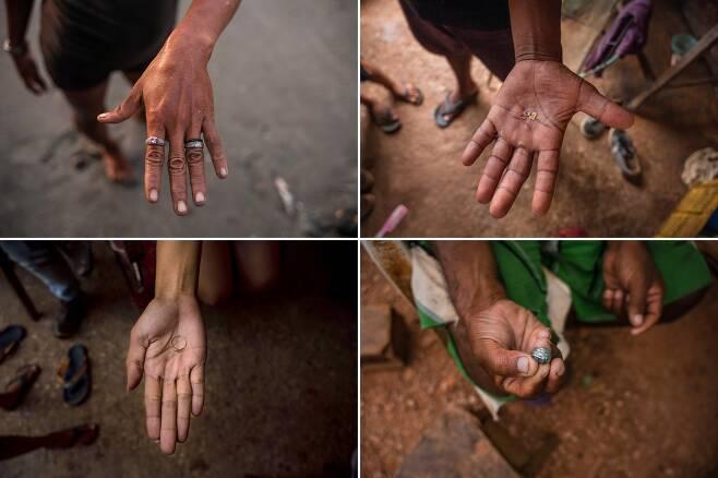 모래사장에서 주운 보석류를 들어 보이는 베네수엘라 해안 마을 주민들(사진=뉴욕타임스)