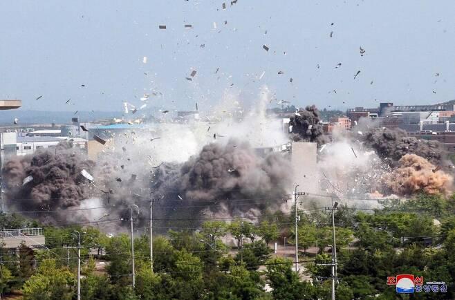 지난 6월16일 오후 2시 50분께 북쪽 당국에 의해 개성 남북공동연락사무소 건물이 폭파되는 장면. <조선중앙통신> 연합뉴스 자료사진