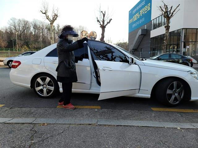 지난 12일 경기 성남시 사회복지법인 '안나의 집'에서는 흰색 벤츠 차량을 타고 온 모녀가 노숙인을 위한 무료 도시락을 받아 가 비판을 받았다.안나의 집 제공